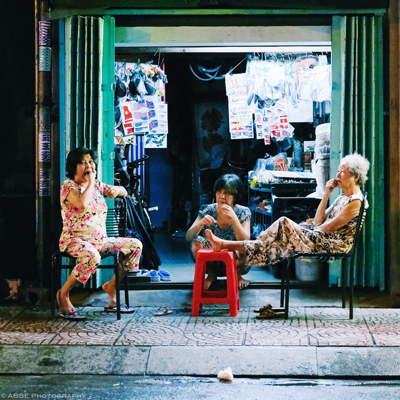 ho-chi-minh-vietnam-candide-urban-portrait-women-old-shop