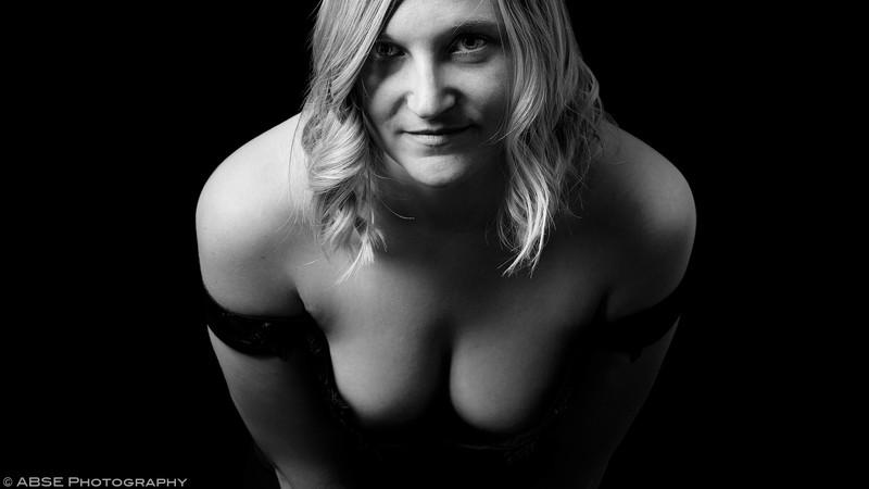http://blog.absephotography.com/wp-content/uploads/2017/03/portrait-black-and-white-dress-regard-breasts-shoulders-teasing-800x450.jpg