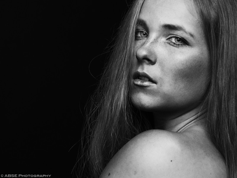 http://blog.absephotography.com/wp-content/uploads/2017/09/aurora-nordica-portrait-studio-black-and-white-800x600.jpg