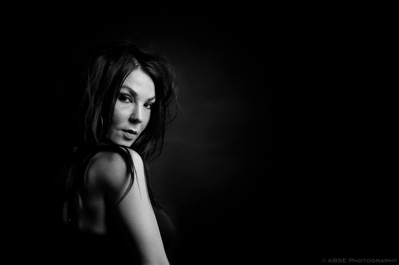 http://blog.absephotography.com/wp-content/uploads/2018/05/taty-portrait-studio-black-and-white-canon-godox-2-800x533.jpg