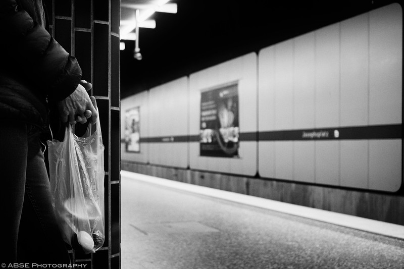 http://blog.absephotography.com/wp-content/uploads/2018/11/the-hand-project-serie-black-and-white-candide-munich-u-bahn-bag-2018-shopping-800x533.jpg