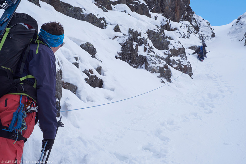 http://blog.absephotography.com/wp-content/uploads/2018/12/splitboard-stubai-snow-mountains-couloir-belay-800x533.jpg