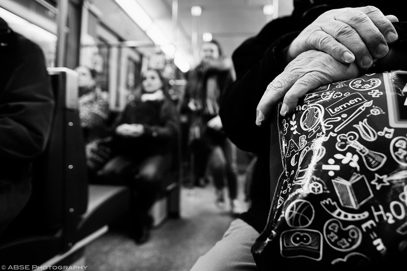 http://blog.absephotography.com/wp-content/uploads/2019/01/hands-old-man-seating-black-and-white-ubahn-munich-december-2018-800x533.jpg